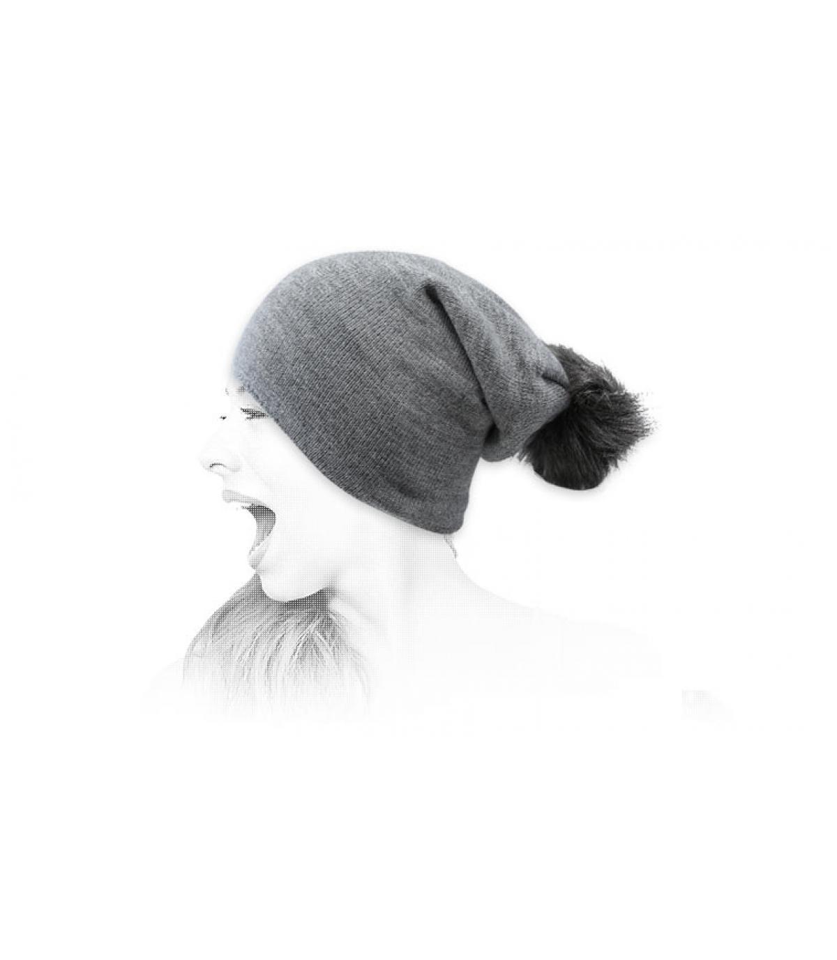 Oversize Bommel Mütze grau