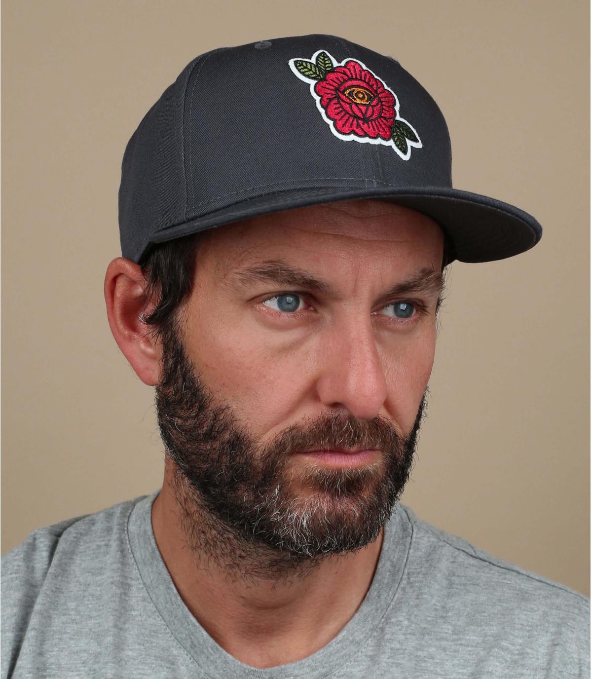 Schwarze Cap gestickte Rose