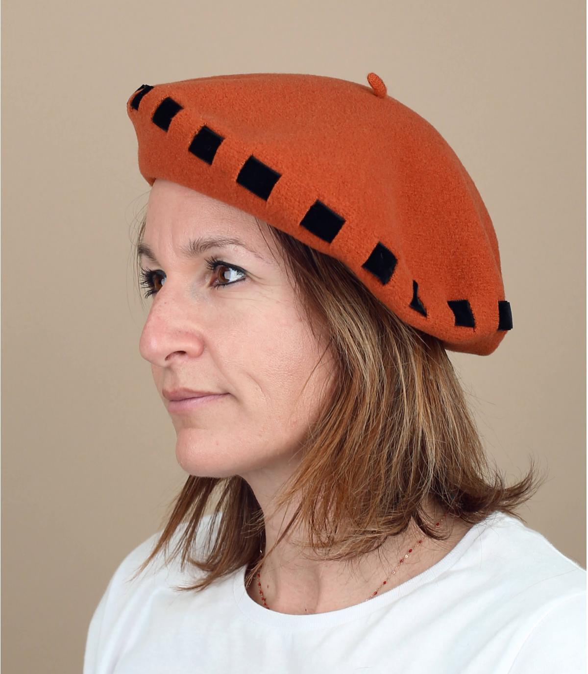 Baskenmütze orange Hutband gebunden