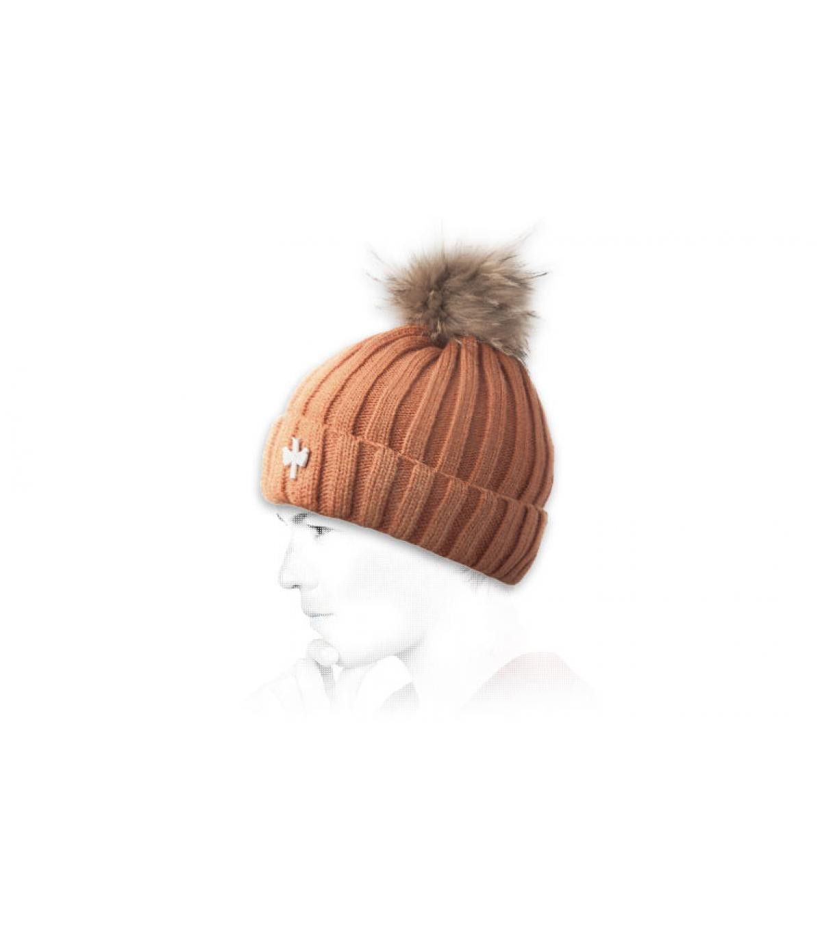 Rostfarbene Mütze mit buntem Bommel
