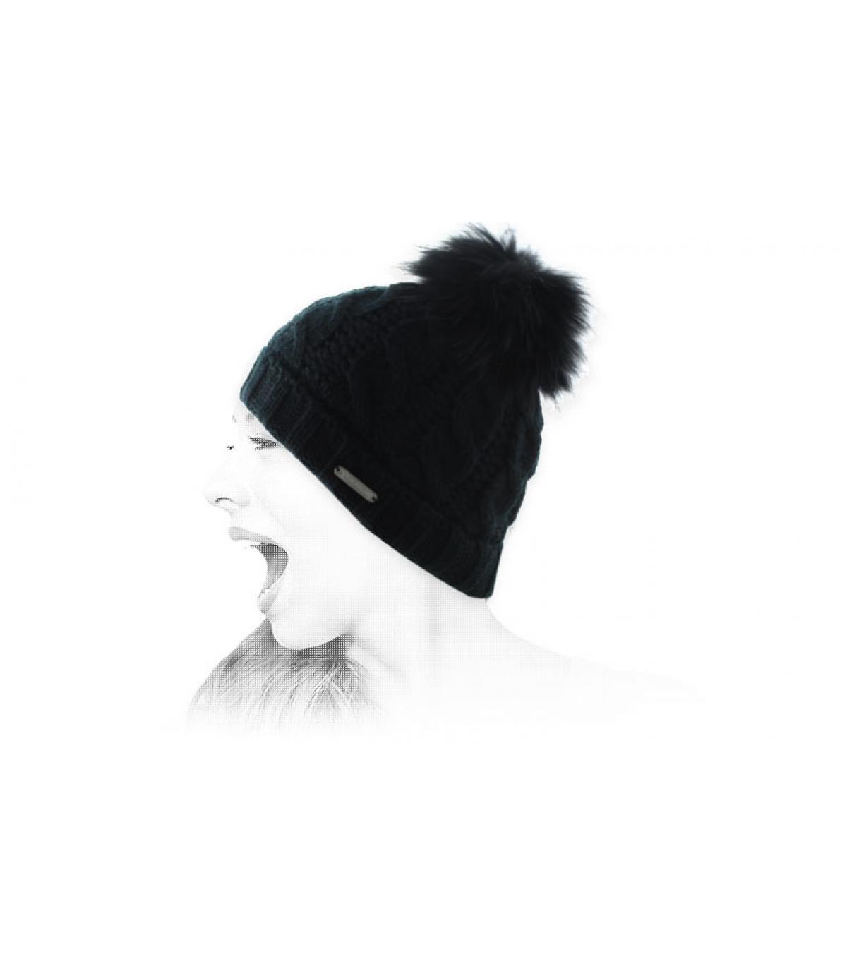 Mütze Zopfmuster schwarz Bommel